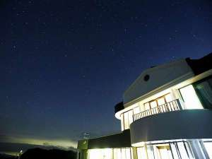 星空へ続く宿 山本小屋ふる里館:星空に囲まれたふる里館全景