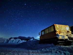 星空へ続く宿 山本小屋ふる里館:雪上車と星空