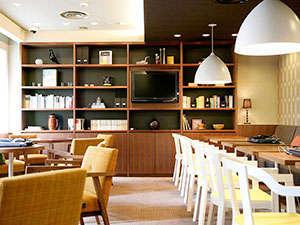 ホテル グレイスリー田町:2階の宿泊者専用ラウンジではコーヒーやノートパソコン、新聞を無料でご用意。ご自由にご利用下さい。