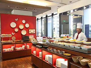 朝日が差し込む開放的な空間のレストランにて、ゆっくりご朝食をお召し上がり下さい。