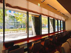 一面の窓から外を眺められるカウンター席