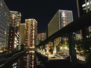 ホテル裏の運河とモノレールは夜景にも映えます。