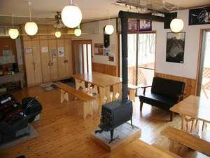飯田ヒュッテ:食堂兼談話室、冬は薪ストーブで暖をとります
