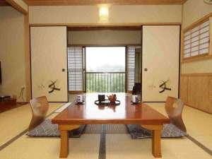 旅館 城山荘:【和室8~12畳】 清涼な風が吹き抜けます。お部屋でのんびりとお過ごしください。
