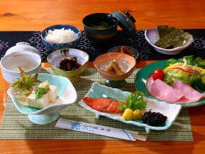 旅館 城山荘:【朝食】栄養バランスを考えた健康的な朝食をご用意しております。ほっとする和食をお召し上がりください。
