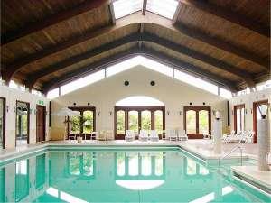 開放的なインドア温水プール