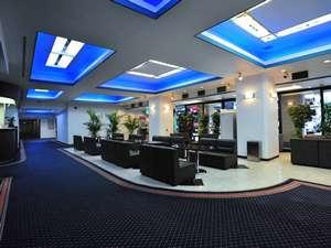 東京ビジネスホテル:広いロビーはグループ旅行などのミーティングや集合に便利です 無料LAN回線設置