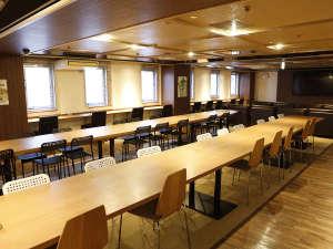 新宿区役所前カプセルホテル:ラウンジは男女共用でご利用頂けます(テーブルにコンセント付き)