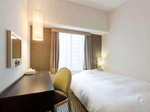 【シングルルーム】110㎝幅のベッドを採用。落ち着いた雰囲気のお部屋になっております