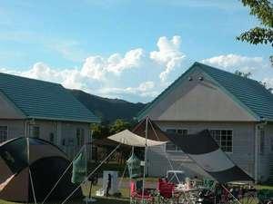 まぜのおか オートキャンプ場:色鮮やかなキャンプ用品がよく映えます。