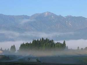森のみち草:正面に餓鬼岳を望む