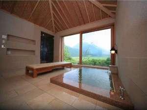 特別室別館 BEKKAN 内風呂からは九重の雄大な景色を臨む