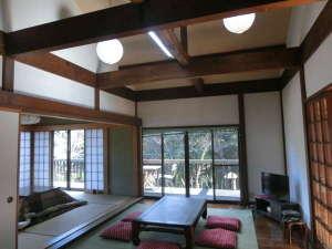 お宿 森のおくりもの:太い梁のある吹き抜け天井の広く明るいLDK