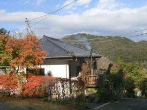 お宿 森のおくりもの:晩秋の宿外観.里山の中腹の森の中にぽっかりとたたずむ一日一組限定の一棟貸切・露天風呂付温泉宿です。
