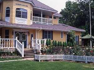 Dandelion Inn(だんどりあん):芝生より玄関を望む