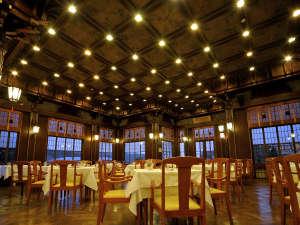 富士屋ホテル:【レストラン・フランス料理】高い天井には日本アルプスの高山植物が描かれています。