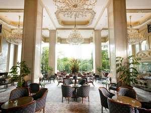 リーガロイヤルホテル東京:緑と陽射しあふれる癒しの空間、ガーデンラウンジ。緑に囲まれて優雅に過ごすティータイムを。
