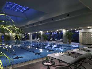 リーガロイヤルホテル東京:都内のホテルでは随一の広さを誇る25m×5コースの室内プール。ミストサウナも完備。