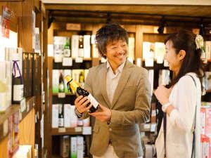 飛騨高山温泉 高山グリーンホテル:ホテルに併設のお土産処は7000アイテムが並ぶ県内最大規模!飛騨に13ある酒蔵の地酒も多く取り揃える。