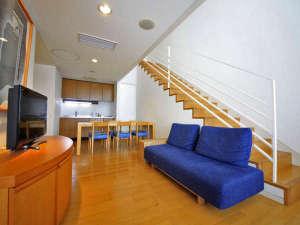【メゾネットAタイプ】階段を降りるとリビング・和室二間の広々とした空間が広がります。