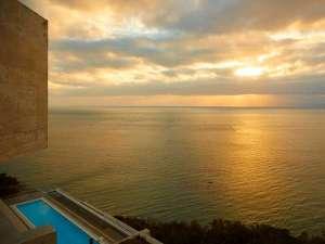 EVホールから眺める朝焼けは至極の一言。