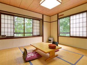 温泉宿 山荘わたり:*【部屋】和室8畳/大きな窓が開放的な和室です。のびのびとお寛ぎ下さい。