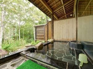 温泉宿 山荘わたり:*男性露天風呂/開放的な露天では目の前に広がる緑で心も安らぎます。