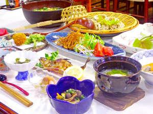 温泉宿 山荘わたり:*【ご夕食一例】地元食材を使った手作り料理(※写真内とうじそばはプラン表記にない場合別注です