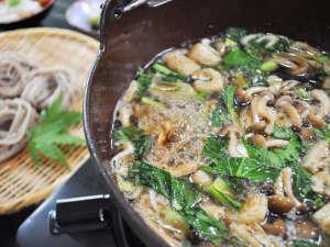 温泉宿 山荘わたり:【とうじそば】具だくさんのお蕎麦をアツアツでお召し上がりください。