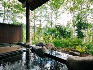 温泉宿 山荘わたり:【露天風呂】四季折々の自然とやわらかな湯のあたたかみをご堪能いただけます。