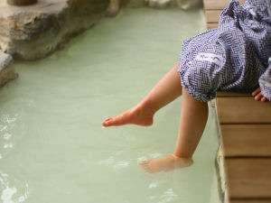 箱根強羅温泉 にごり湯の宿 桐谷箱根荘:足湯。自慢のにごり湯は底が見えないほど白くにごっています。