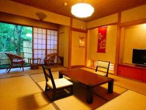 箱根強羅温泉 にごり湯の宿 桐谷箱根荘:2~3名利用は8畳、4~5名利用は10畳(客室一例)。写真は本館ゆりの間。全客室禁煙。