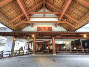 大川荘の玄関前 ここから非日常の始まり…
