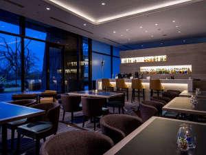 ヒルトン小田原リゾート&スパ:夜はラウンジバーで大人の時間を!季節ごとのオリジナルカクテルが人気です。