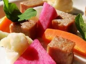 ペンション コットンファーム:前菜 エフエフさんのソーセージと自家製ピクルスの盛り合わせ