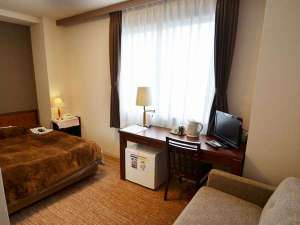 橿原オークホテル:スタジオツインルーム(ワイドシングルルーム)ゆったりダブルサイズ(140㎝)のベッドにソファー付