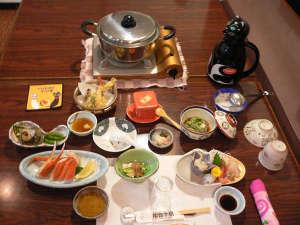民宿 能登半島:千里浜近海の新鮮な旬の素材を生かしたボリューム満点の夕食です。(季節によって内容が変わります。)