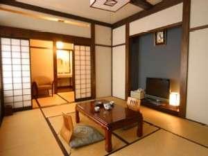 飛騨高山温泉 旅館むら山:民芸調の客室でくつろぎのひと時を(一例)