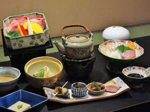飛騨高山温泉 旅館むら山:飛騨牛せいろ蒸し・前菜・小鉢・炊合などのコース料理です。