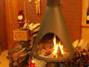 スイス料理&ワインの宿  木の実:暖炉の周りで楽しいひととき