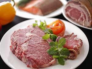 信州牛の美食宿 白馬五竜 ペンション&ログコテージあるむ:好評♪人気の信州牛のリブロ-スステ-キ、グルメプランのメイン料理