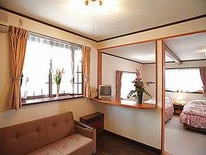 信州牛の美食宿 白馬五竜 ペンション&ログコテージあるむ:広々とした快適な洋室【しらかば】