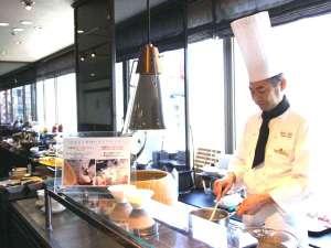 横浜国際ホテル:ライブキッチンで調理する「バイキング朝食」