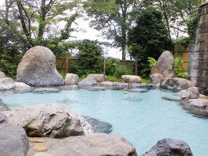 ゆのまえ温泉 湯楽里:自然の中で開放感たっぷりの露天風呂。