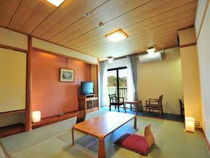 武雄温泉ハイツ:【和室10畳】窓の外には自然の緑が広がります。畳のお部屋でゆっくりとお寛ぎください。