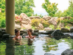 となみ野オーベルジュ&ナチュラルスパ 桜ヶ池クアガーデン:《温泉》里山の澄んだ空気の中、天然温泉の露天風呂でおくつろぎ