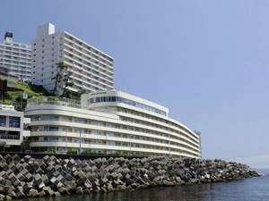 ウィスタリアンライフクラブ熱海:【当館は海に面し、眺望を遮るものはございません。天気の良い日には大島まで望むことができます。】外観