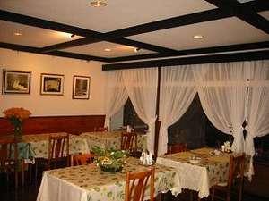 清里ペンション いずみ:落ち着いたレストランでディナーをご用意。