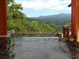 ペンション&コテージ ピノキオ :高原のパノラマが広がる無料貸切露天風呂で汗を流す