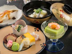 西山別館:旬の食材を使用した、料理長自慢の会席でおもてなしいたします。